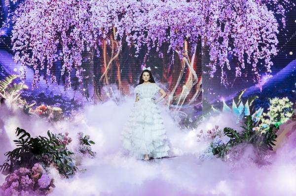 cb432690e8b2038f42ba484134ca2e88 Chị đại Thanh Hằng là vedette khép lại trọn vẹn show diễn cổ tích của NTK Nguyễn Minh Công