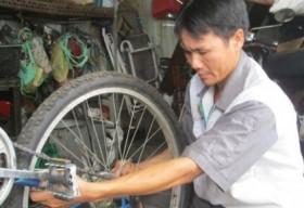 Anh thợ sửa xe nghèo biến xe cũ thành mới tặng học sinh