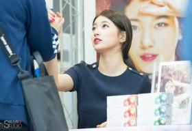 """Suzy (Miss A) thăng hoa nhan sắc, dùng """"ảo thuật"""" ăn gian chiều cao"""