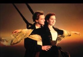 """Trang Hạ lại hỏi sốc """"Bạn chọn đứng trên mũi tàu Titanic hay đứng trên ghế đẩu?"""""""