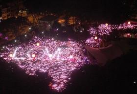 Singapore: Chữ 'love' màu hồng khổng lồ tại sự kiện Pink Dot 2015