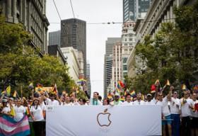 Tim Cook dẫn đầu 8.000 nhân viên Apple tham dự diễu hành