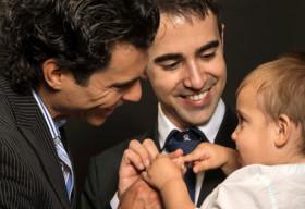 Cặp đôi đồng tính có nên nuôi con?