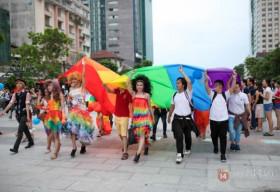 Cầu vồng lục sắc bao phủ phố đi bộ Nguyễn Huệ trong sự kiện diễu hành lớn nhất năm