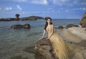 Nguyễn Thị Huyền đẹp như nữ thần trước biển