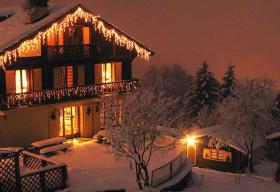 Ngắm những ngôi nhà phủ đầy tuyết trắng đẹp lộng lẫy mùa Giáng sinh