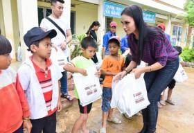 NTK Việt Hùng và người đẹp H' Ăng Niê mang áo ấm cho trẻ em nghèo Tây Nguyên