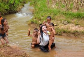 Hoa hậu người Việt tại Mỹ Quỳnh Maivề với bà con vùnglũ Tây Bắc
