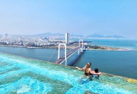 Tự tin sống ảo ngàn like ở bể bơi vô cực dát vàng 24K view đẹp nhất Đà Nẵng