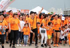 Hơn 100 nghệ sĩ Việt chạy bộ vì nụ cười trẻ em khuyết tật