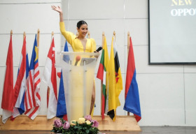 Á hậu Hoàng Thùy liên tục gây ấn tượng mạnh khi diễn thuyết tại Philippines
