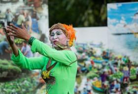 Khách Tây háo hức xem hát chầu văn hầu đồng, múa bóng rỗi trên Phố đi bộ Nguyễn Huệ