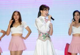 Hari Won rạng rỡ tham dự sự kiện ra mắt đại sứ thương hiệu son Belle & New