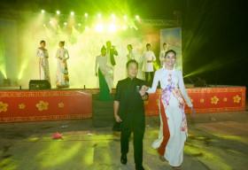 Dàn Hoa hậu, siêu mẫu diện áo dài Việt Hùng, trình diễn trước hàng ngàn người dân huyện đảo Cần Giờ