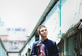 Diện áo dài Việt Hùng, ca sĩ Sơn Ngọc Minh lịch lãm, sang trọng dạo chợ Bến Thành