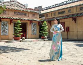Diện áo dài Việt Hùng, NS Vân Khánh duyên dáng bên ngôi đền cổ xưa nhất Sài Gòn