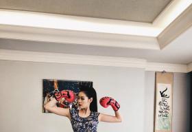 Hoa hậu Khánh Vân ngẫu hứng đi catwalk, tập boxing với style '120 ngàn'