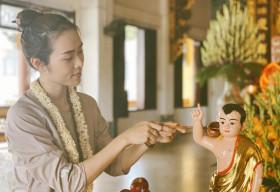 Diệp Bảo Ngọc diện áo nâu, để mặt mộc đi làm công quả ngày Phật Đản