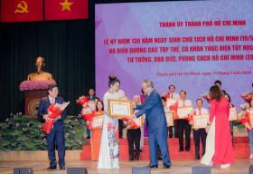 Trịnh Kim Chi nền nã trong áo dài truyền thống nhận bằng 'Công dân tiêu biểu'