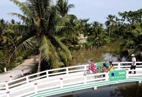 Grab và Quỹ Bảo trợ trẻ em Việt Namkhánh thành cầu Út Ốm trong dự án 'Xây cầu đến lớp'