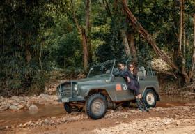 Kỷ niệm 10 năm ngày cưới, Lý Hải lái xe jeep chở vợ ngắm núi rừng Tây Nguyên