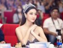 Hoa hậu Lương Thuỳ Linh đội vương miện 3 tỷ, khoe ngực đầy, chân dài nuột nà đi chấm thi