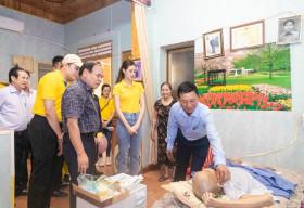 Hoa hậu Khánh Vân đến thăm gia đình nạn nhân chất độc da cam tại TPHCM