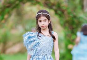 Hoa hậu nhí Phan Ngọc Đan Thanh trình diễn thiết kế của Nguyễn Minh Tuấn