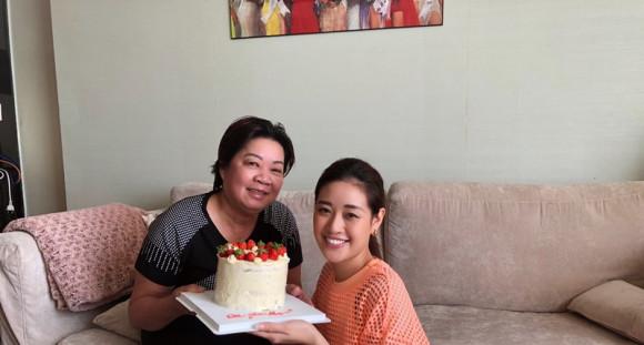 Hoa hậu Khánh Vân tự tay vào bếp, làm bánh mừng sinh nhật mẹ