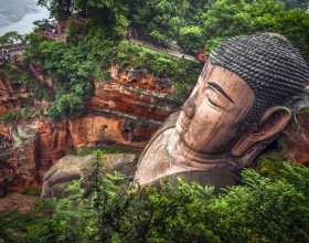Tượng Phật khắc trong núi đá lớn nhất thế giới