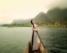 Nghệ sỹ Thúy Nga đẹp tinh khôi trong áo dài của NTK Việt Hùng trên đất Quảng Bình