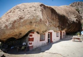Căn nhà nghỉ dưới tảng đá 850 tấn thu hút khách du lịch đến tham quan