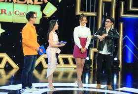 Hot boy Hoàng Trung 'đỏ mặt' khi được người mẫu Hương Ly 'thả thính' trên sóng truyền hình