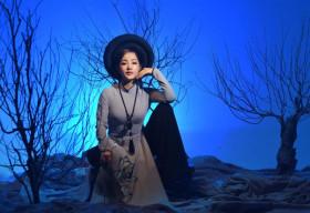 Nghệ sỹ Thúy Nga diện Áo dài Việt Hùng bình yên mùa Vu lan