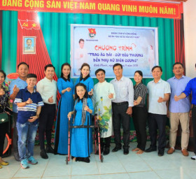 NTK Việt Hùng cùng các nghệ sỹ tặng áo dài cho các cô giáo vùng biên Bình Phước