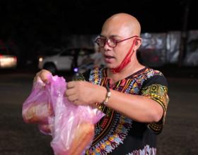 Bất chấp trời mưa, Color Man xuống phố bán bánh mì giúp cụ bà U80 mắc bệnh Parkinson
