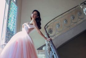Hoa hậu Lương Thùy Linh khoe vòng 1 cùng đôi chân cực phẩm trong bộ ảnh mới