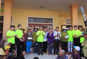 NTK Việt Hùng dành tặng gần 500 Áo dài cho các cô giáo và người dân miền trung