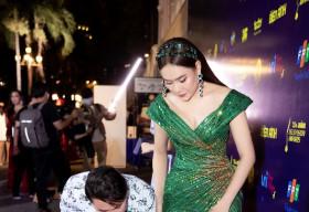 Hồ Bích Trâm ngượng ngùng khi được Hà Trí Quang quỳ gối chỉnh giúp giày, váy áo giữa sự kiện