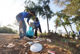 Hoa hậu H'Hen Niê xắn tay áo, nhiệt tình nhặt rác cùng thanh niên tại đảo Phú Quý