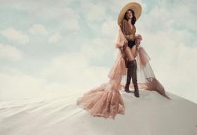 Á hậu Kim Duyên đẹp hoang dã trong bộ ảnh mới trên cồn cát trắng