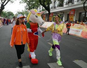 Hoa hậu H'Hen Niê tết tóc hai búi, diện đồ thể thao đi cổ vũ các tay đua xe đạp