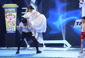 Hari Won mặc váy trắng lao thẳng 'nốc ao' Trấn Thành khiến khán giả ngỡ ngàng