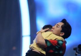 Trấn Thành, Hari Won ra dáng phụ huynh khi liên tục dỗ dành 'siêu nhí' 3 tuổi khóc nhè