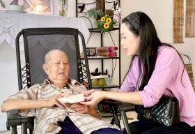 NSƯT Trịnh Kim Chi chăm lo những nghệ sĩ có hoàn cảnh đặc biệt trong mùa dịch