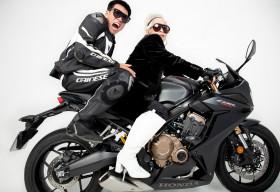 Rapper Wowy lu mờ khi chụp ảnh cùng bà ngoại U80 siêu ngầu