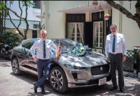 Jaguar Việt Nam bàn giao mẫu xe điện I-Pace đầu tiên tại Việt Nam cho Đại Sứ Quán Anh