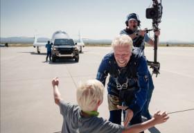 Range Rover Astronaut Edition và Land Rover Defender 110 hỗ trợ đưa tỷ phú người Anh Richard Branson lên vũ trụ