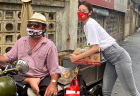Hoa hậu Khánh Vân san sẻ khó khăn với người khuyết tật bán vé số tại TP.HCM
