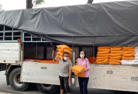 NSƯT Trịnh Kim Chi nhận 10 tấn gạo từ MC Quyền Linh, dốc lòng giúp đỡ các nghệ sĩ nghèo mùa dịch